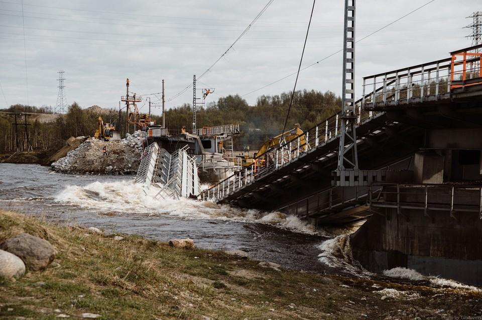Расследованием причин обрушения моста занимаются следователи. Фото: Ruslan Tulupov