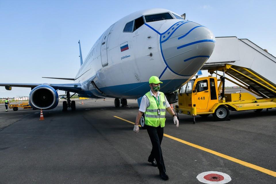 В аэропорт Краснодара приземлился самолет в огромной медицинской маске.