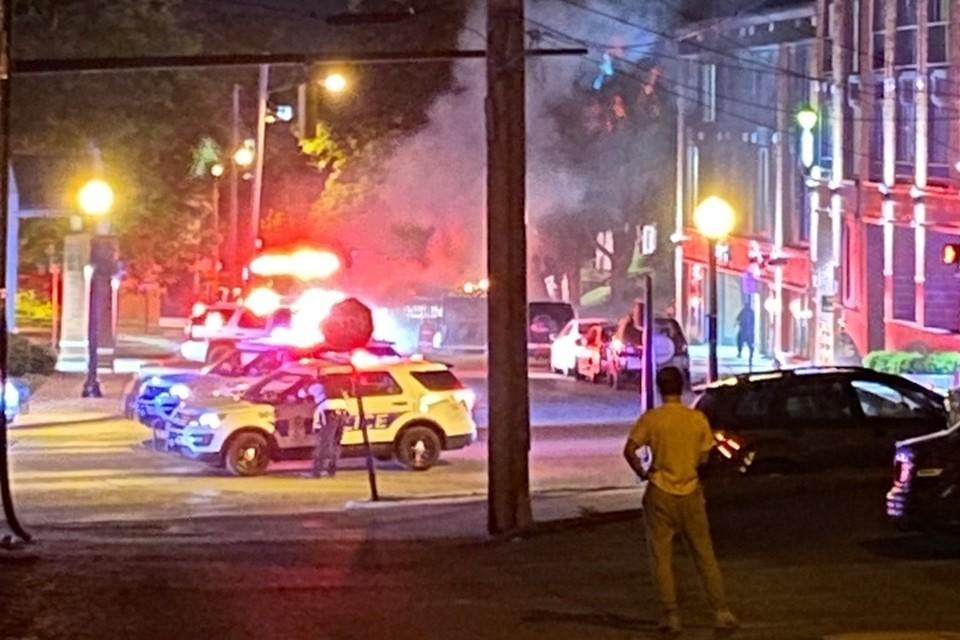 По ночам из дома лучше не выходить. Рядом с апартаментами наших героев подожгли мусорку, приехала полиция и спецслужбы.