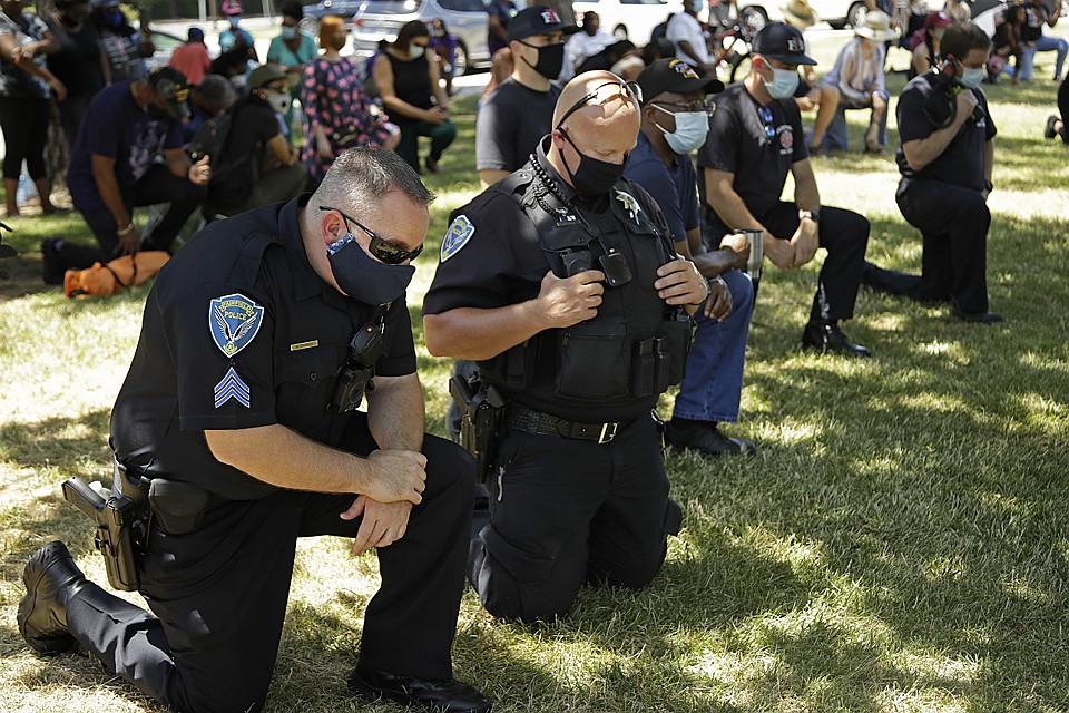 Зачем полиция США встает на колено перед протестующими