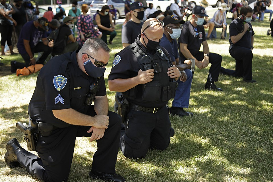 Некоторые полицейские опускались перед митингующими на одно колено. Такие случаи произошли в Нью-Йорке, Вашингтоне, Флориде, Калифорнии