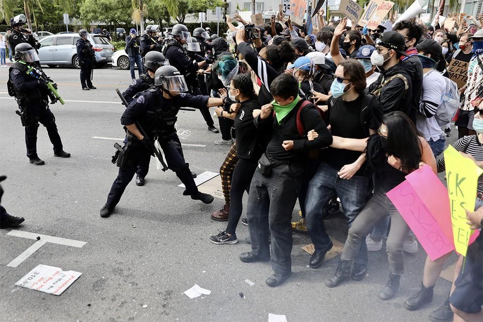 Конфронтация протестующих и сил полиции в Лос-Анджелесе.
