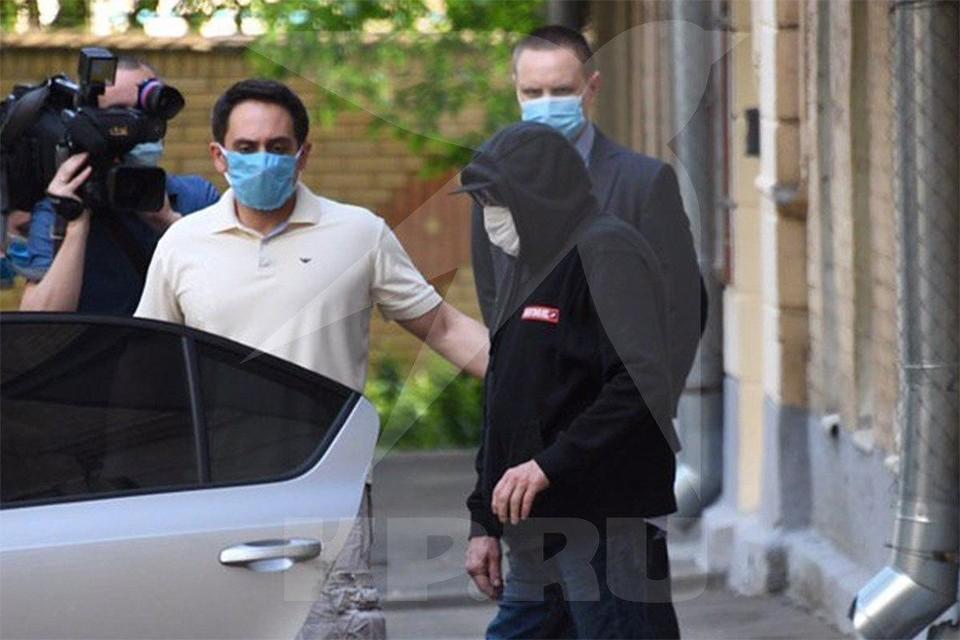 Актера в маске и капюшоне было не узнать