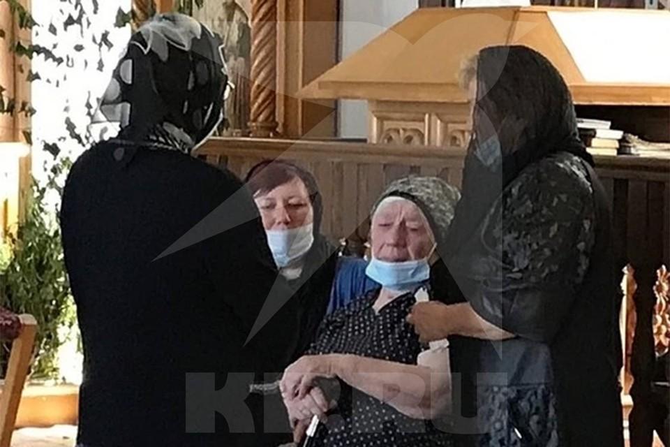 Маме Сергея Захарова стало плохо во время прощания с сыном.