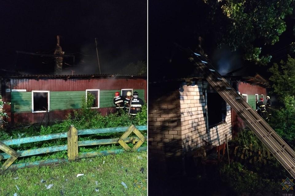 Пожарные пытаются выяснить из-за чего сгорел сельский дом. Фото: МЧС.