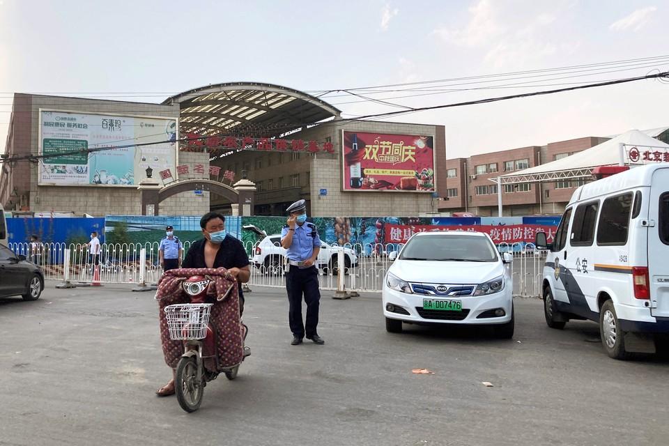 Сотрудники полиции у рынка, где произошла вспышка коронавируса