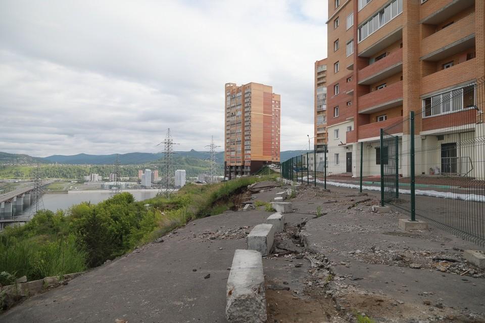 В Красноярске сползающую под склон парковку возле жилого дома брали на контроль еще в 2018 году
