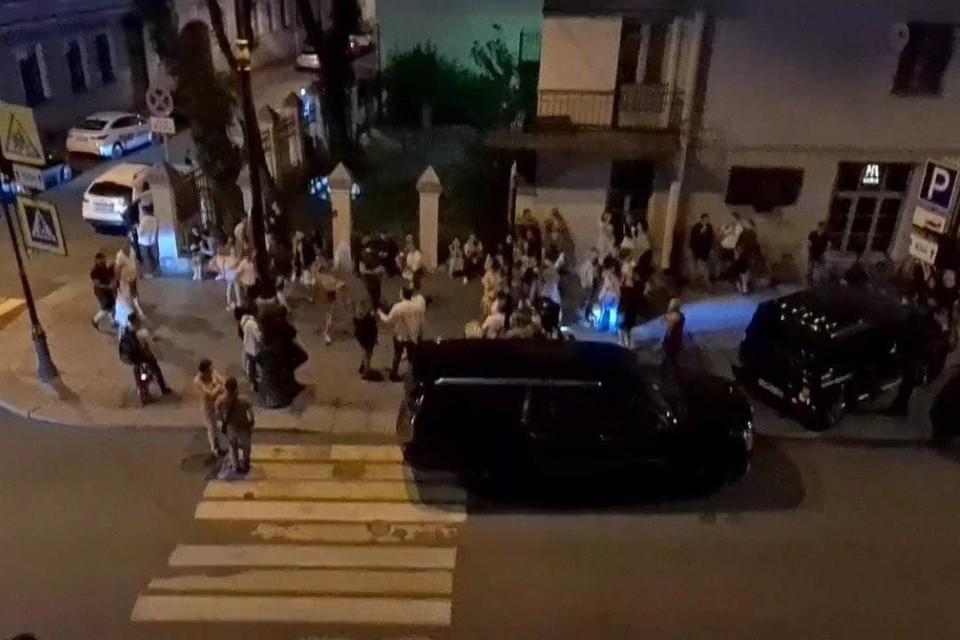 Петербуржцы устроили на Рубинштейна шумную вечеринку. Фото: скриншот видео