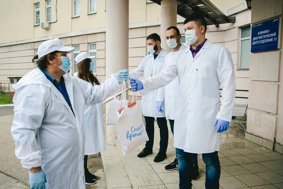 Волонтеры передали открытки в НМИЦ имени Н. Н. Приорова, НИИ им. Склифосовского и другие медицинские учреждения города.