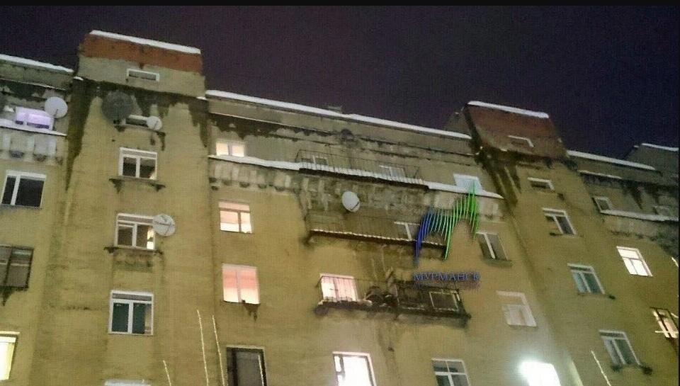 Наледь упала на голову девушке с дома №78 на проспекте Ленина в Мурманске. Фото: vk.com/murmanskgroup