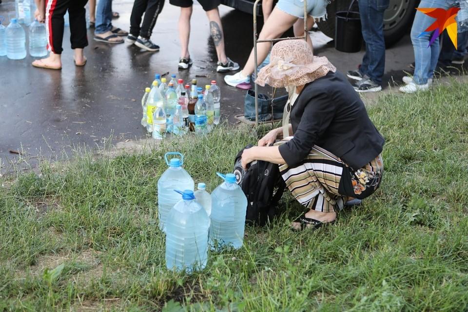 24 июня минчане становились в очередь, чтобы набрать чистой воды в цистернах.