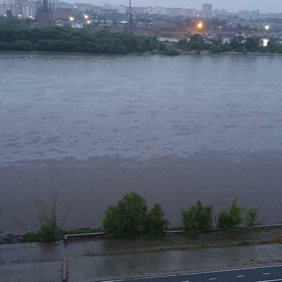 Пятна появились на реке в 20:30, пробы взяли только в 22:50