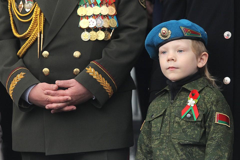 Минск. Мальчик смотрит парад, посвященный Дню Независимости Республики Беларусь.