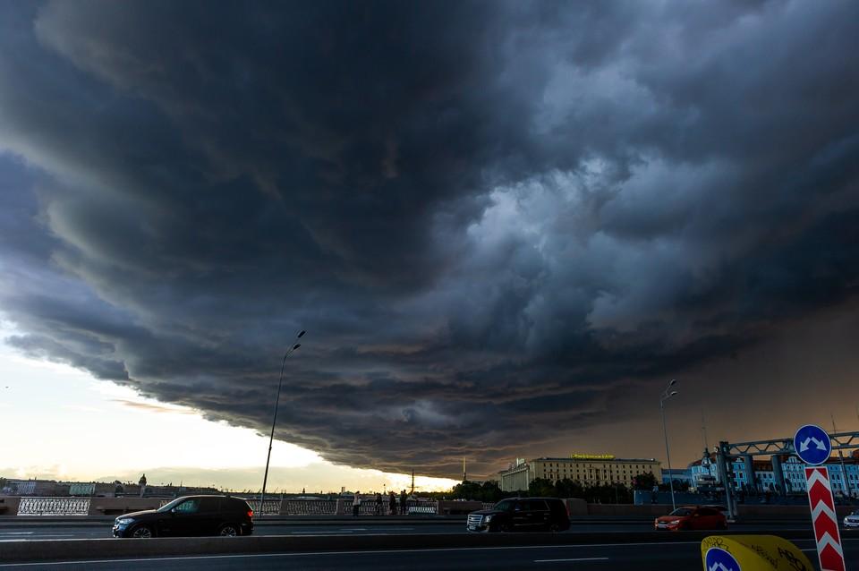 Из-за надвигающегося шторма в Петербурге закрыли скверы и парки