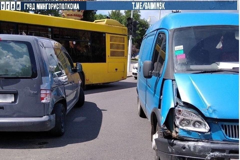 Водитель авто разворачивался, не уступил дорогу и врезался в другой автомобиль. Фото: Телеграм-канал УГАИ ГУВД Мингорисполкома