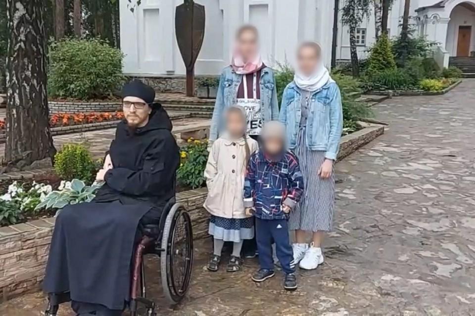 По словам эксперта Ильи Анищенко, дети заметно нервничали при упоминании главы монастыря. Фото: скриншот