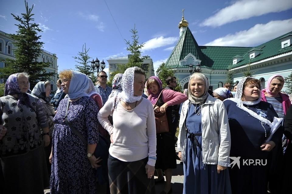 Сторонники схиигумена собрались на территории епархии еще до начала заседания церковного суда