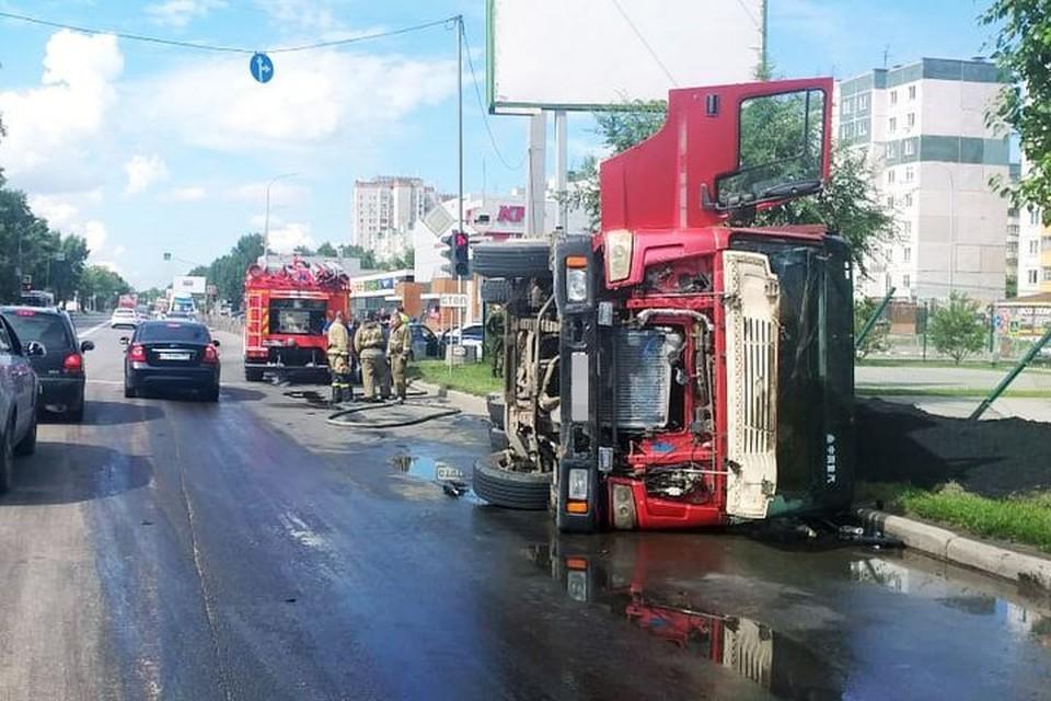 В Ленинском районе Новосибирска опрокинулся на бок грузовик. Фото: ГИБДД по Новосибирску
