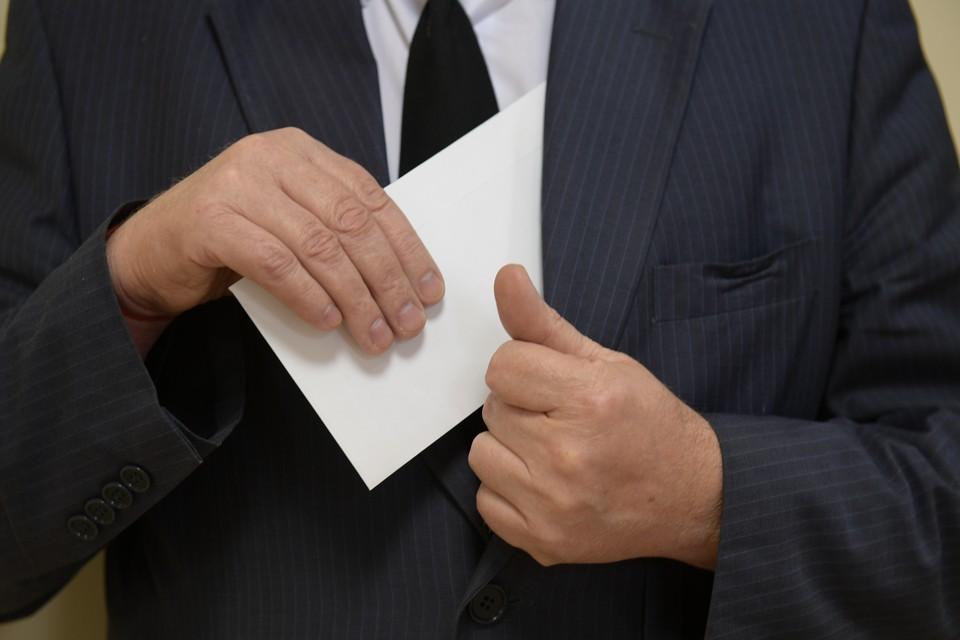 Чиновники клали государственные деньги в карман в течение трех лет.