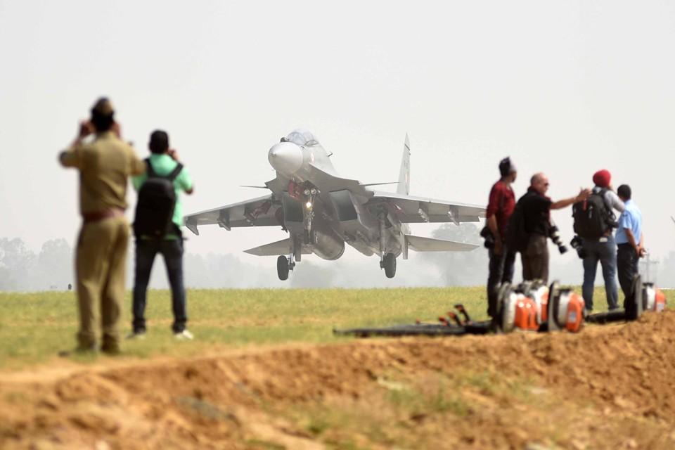 Индия регулярно приобретает различную военную технику у России. И естественно к ней нужны запчасти.