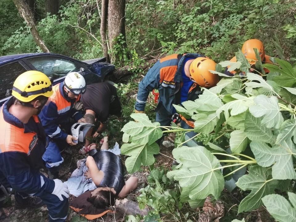 В Сочи спасатели подняли из обрыва пострадавшую в аварии женщину. Фото пресс-службы ЮРПСО МЧС России