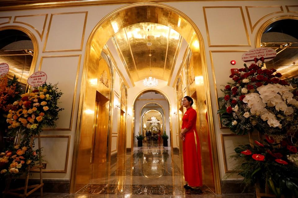 Гостей встречают двери из золота.