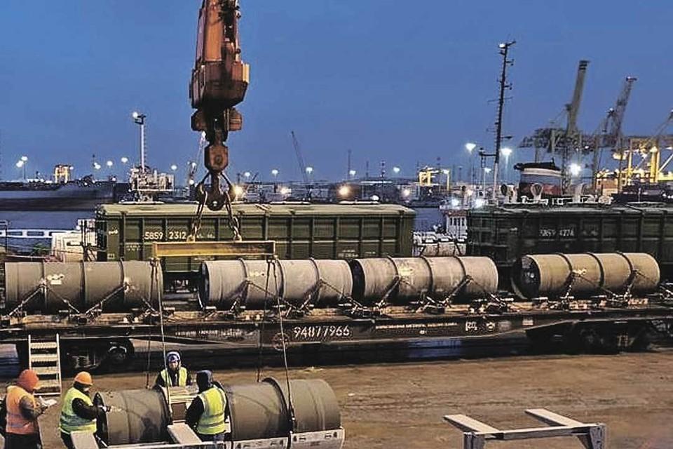 Так выглядит выгрузка с судна обедненного гексафторида урана. Фото: Предоставлено ГК «Росатом».