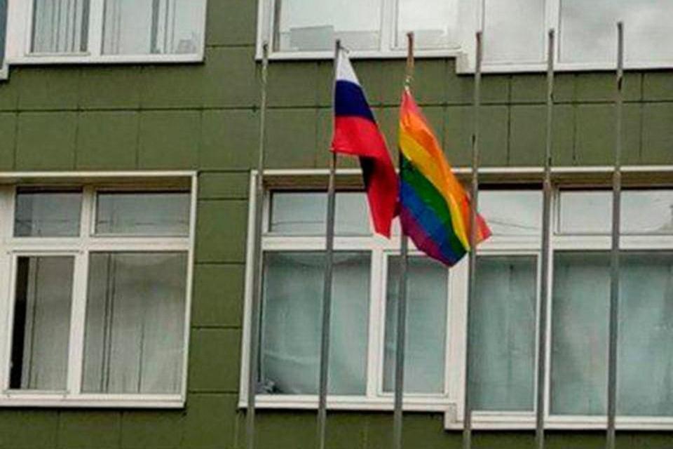 У одной из школ Петербурга подняли радужный флаг. Фото: spb_today_unpublished