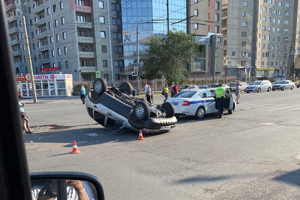 Авария произошла в 17 часов на перекрестке Комсомольского проспекта и улицы Молодогвардейцев. Фото: vk.com/«Наш Челябинск»