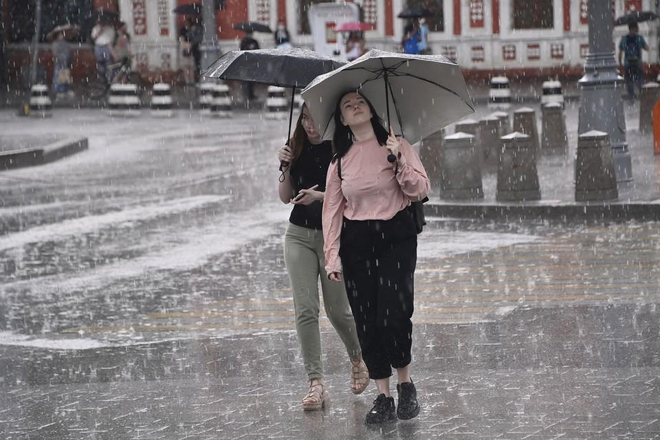 Несколько дней в столице столбики термометров достигают +25… +27 градусов. Синоптики обещают, что станет прохладнее после сильного ливня.
