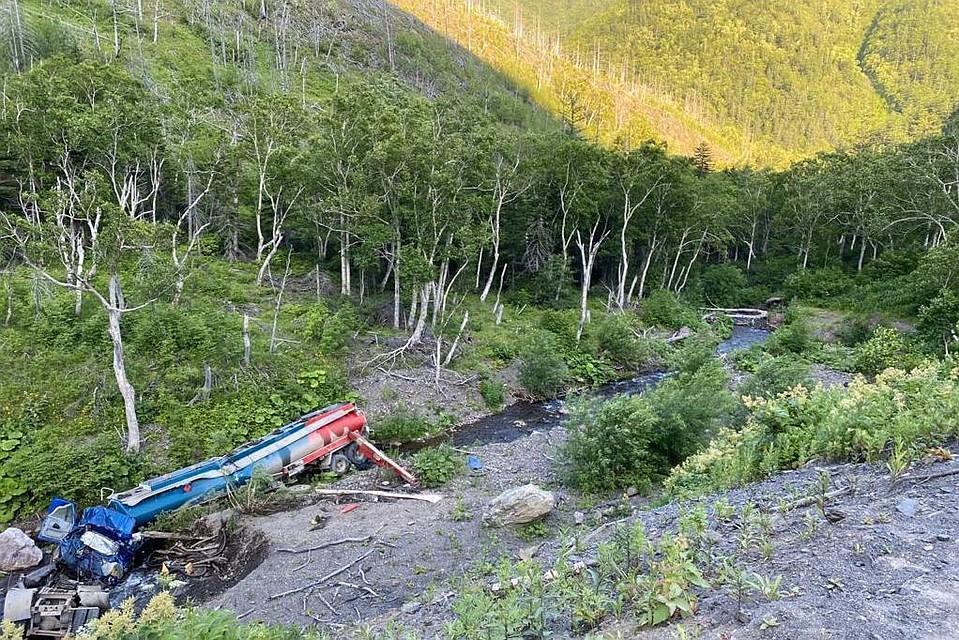 Бензовоз упал в реку. Фото: предоставлено «Эковахтой Сахалина»
