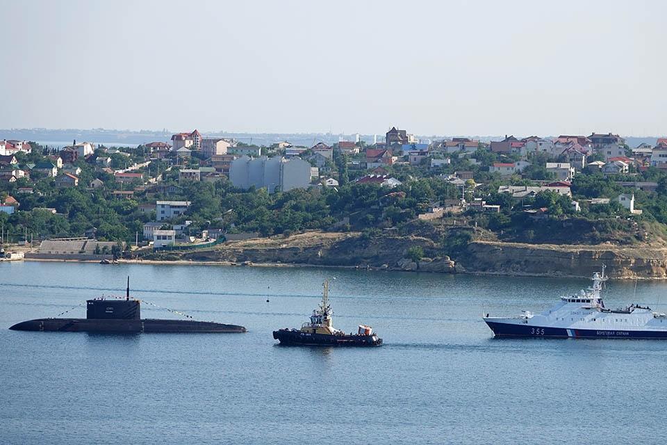 В публикации утверждается, что Россия ведет «подготовку подводного плацдарма как элемента тотального контроля за Черным морем и переноса предстоящего противостояния не только в космос, но и под воду».