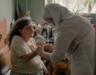 Как Церковь помогает в пандемию: выезд священников к больным коронавирусом и телефонные дежурства, продукты и оплата коммуналки для потерявших работу