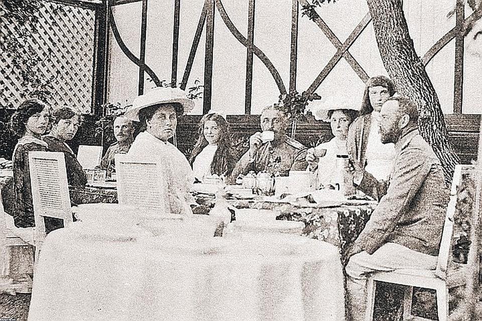 Царская семья за чаепитием