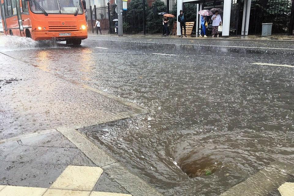 Под водой оказалась часть улицы Октябрьской.