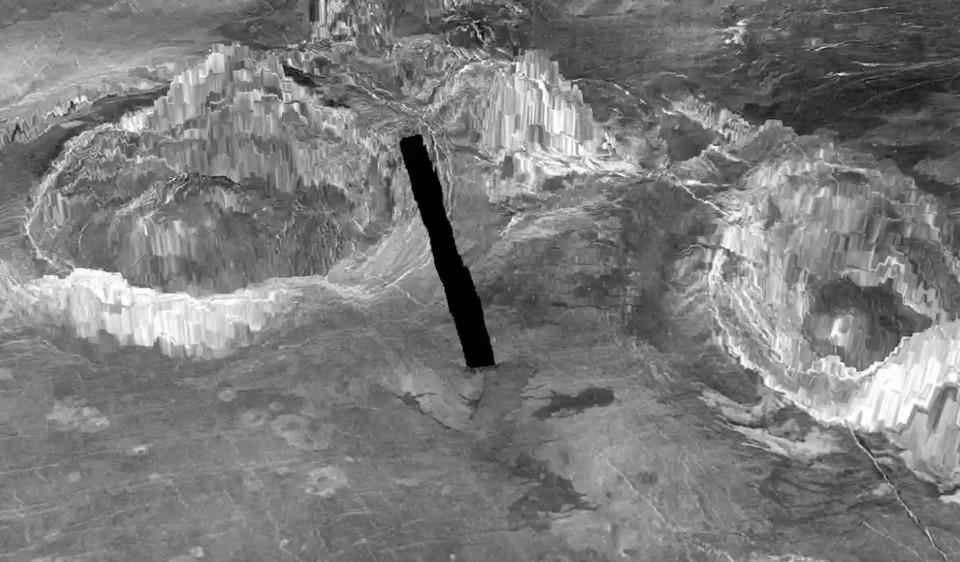 Две короны на поверхности Венеры, которые образуются, когда горячий источник бьет из глубины планеты. Черная линия показывает разрыв в данных изображения.