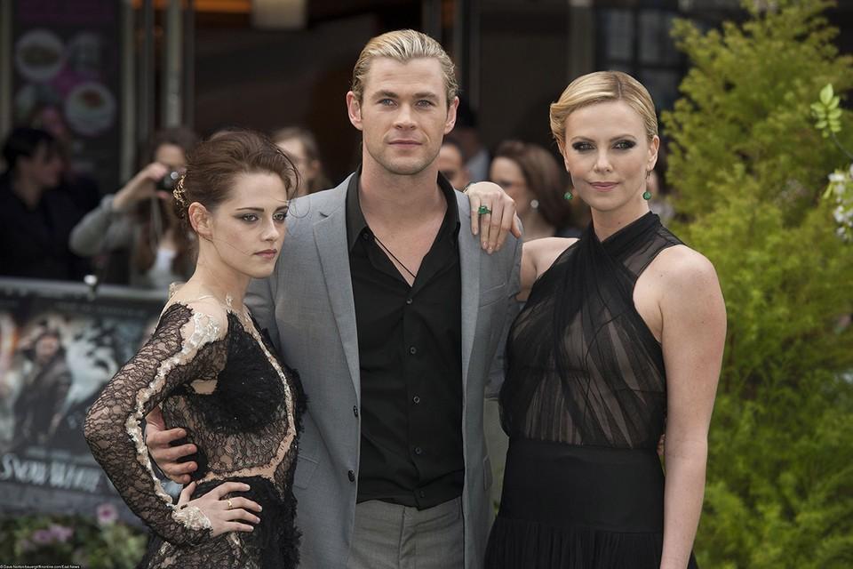 Компанию актеру составили Эмили Блант, Джессика Честейн, Шарлиз Терон и другие.