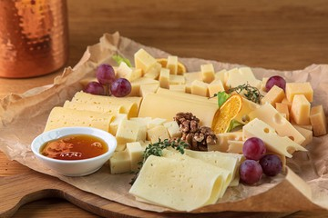 Почему в магазине разные виды сыров одного и того же производителя отличаются по цене?