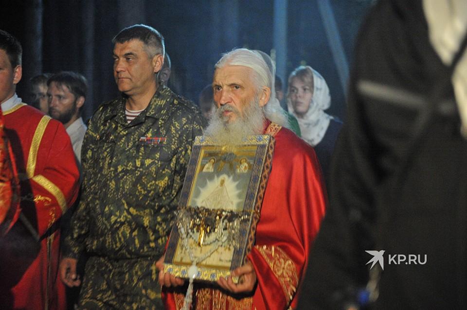 В этом году скандальный схимонах провел отдельный Крестный ход во время Царских дней