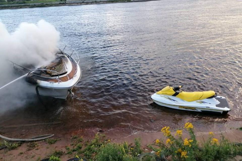 Пожарные Ленинградской области спасли человека с горящего катера / Фото: МЧС Ленобласти