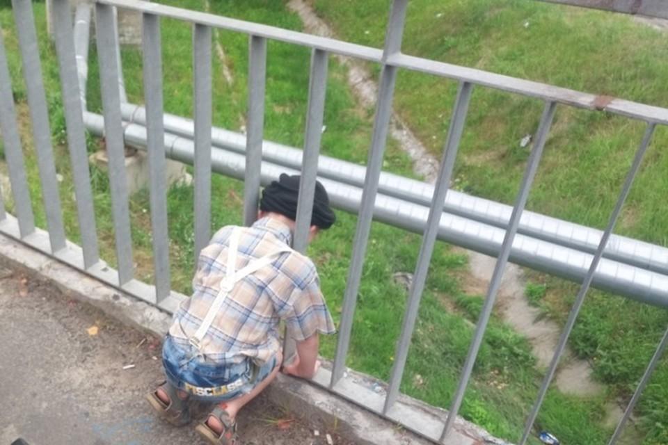 В Калинковичах спасатели пришли на помощь пятилетнему мальчику, голова которого застряла между прутьями ограждения моста. Фото: МЧС Беларуси