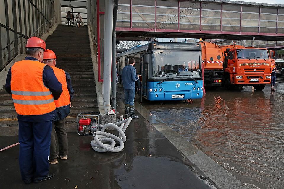 Сильный ливень в Москве: Городские службы оперативно устраняют последствия непогоды
