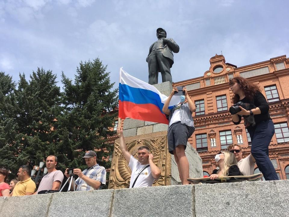 Участники митинга на площади Хабаровска.