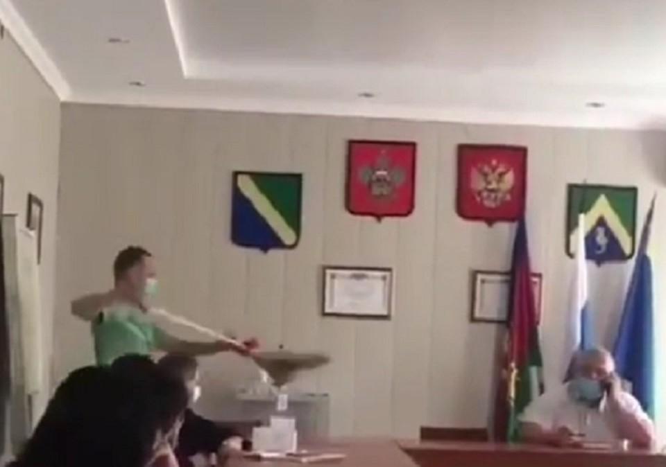 Презент положили прямо на стол мэра. Фото: скриншот видео Николая Молчанова