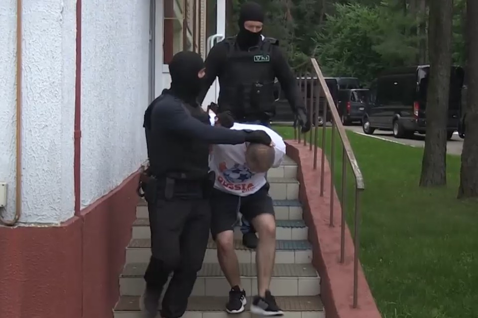 33-х россиян (еще одного доставили с юга страны) уволокли на допрос. Фото: кадр видео