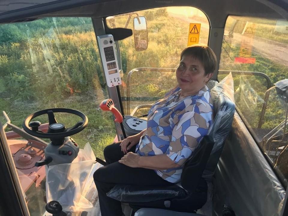 Фермер Раиса Тишкина частенько сама садится за руль комбайна. Фото: АО «Россельхозбанк»