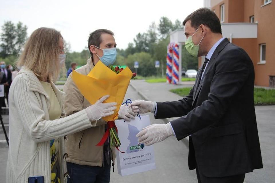 Глава региона поздравил уральцев с новосельем. Фото: Департамент информационной политики Свердловской области