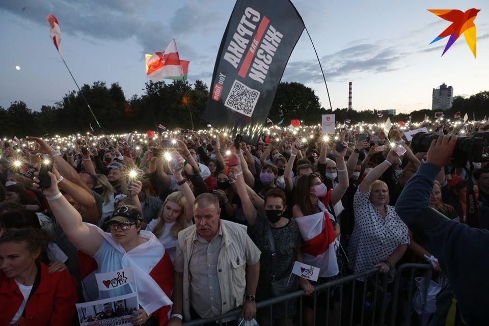 в Минске команда Светланы Тихановской провела масштабный митинг – по данным правозащитников на него пришли более 60 тысяч человек.
