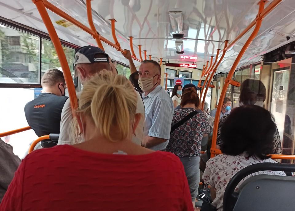 Транспорт в Кишиневе в период пандемии полон людей. Фото: Ольга Бужор