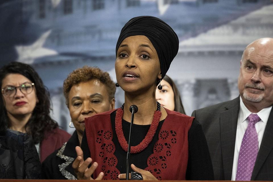 Когда Ильхан Омар только оказалась в Конгрессе США, все восхищались тем фактом, что она стала первой женщиной-мусульманкой в американском парламенте. Сегодня ее считают скандалисткой и антисемиткой.